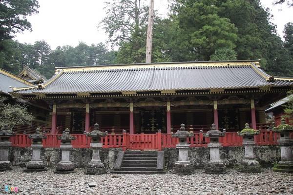 Ðông Chiêu Cung - Toshogu - là tên gọi của đền thờ tướng quân Shogun Tokugawa Ieyasu - Ðức Xuyên Gia khang. Ông mất vào năm 1616 và con trai ông đã chọn Nikko làm nơi xây dựng đền thờ.