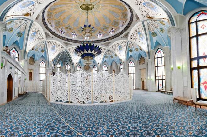 Thánh đường Hồi giáo Kul Sharif (ảnh) có các tháp cao, cửa sổ lớn, màu xanh mái vòm nổi bật ở bên ngoài, và kiến trúc, trang trí ấn tượng bên trong. Kazan còn có nhiều công trình đẹp khác mà du khách nên ghé qua như nhà thờ Marjani, tháp nghiêng Sjujumbike, pháo đài Sviyazhsk... Kazan còn là nơi sẽ diễn ra một trong các trận tứ kết của World Cup 2018. Ảnh: kazantravels.