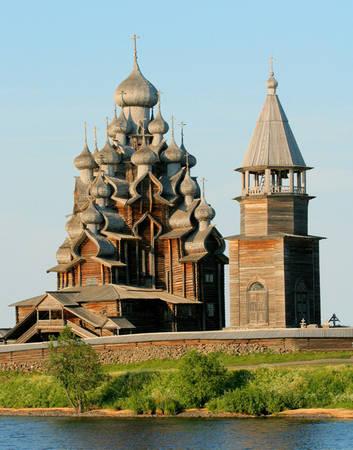 Karelia Nằm ở biên giới Nga và Phần Lan, Cộng hòa Karelia (một chủ thể liên bang của Nga) rộng hơn 260.000 km2. Nơi đây nổi tiếng với những công trình kiến trúc bằng gỗ đẹp mắt, đặc biệt là các nhà thờ có kiểu trang trí cầu kỳ. Ảnh: wiki.