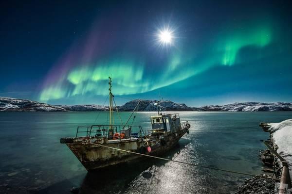 Murmansk Đây là thành phố cuối cùng được thiết lập bởi đế chế Nga Hoàng, nằm ở cực tây bắc của Liên bang Nga. Dù vậy Murmansk vẫn phát triển tương tự như những nơi khác tại Nga với hệ thống cao tốc, tàu hỏa kết nối với nhiều khu vực khác của châu Âu. Tới đây, du khách sẽ được chiêm ngưỡng những dải cực quang - hiện tượng tự nhiên kỳ thú nhất của vũ trụ. Ảnh: weirdrussia.