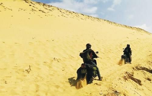 Vất vả chinh phục những đồi cát lớn