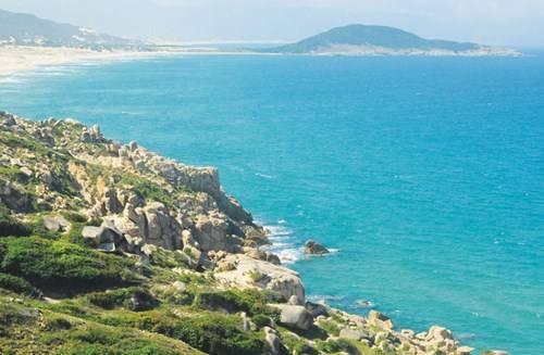 Biển Khánh Hòa xanh ngăn ngắt