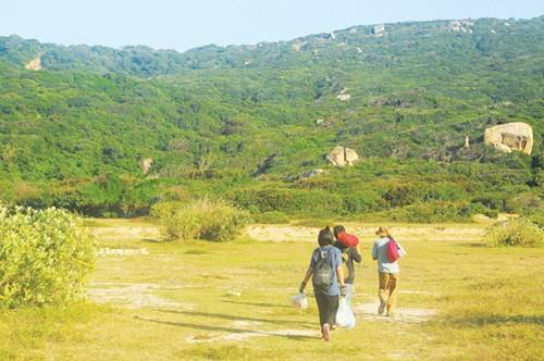 Băng qua 8km đường rừng