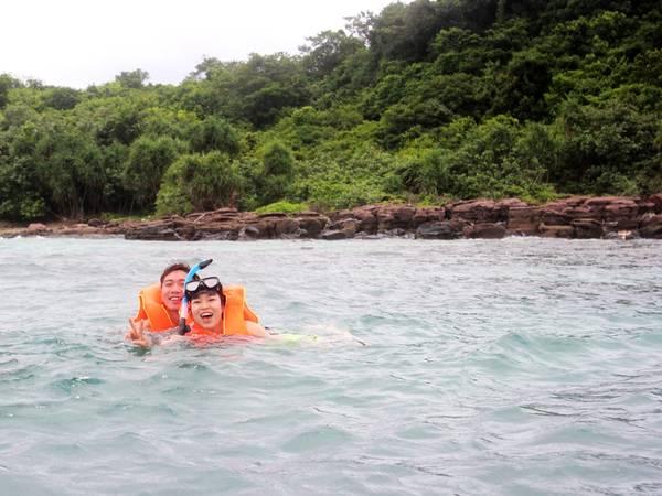 Du khách thích thú lặn ngắm san hô ở Hòn Dăm Ngang. Ảnh: Phương Thanh
