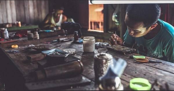 Nơi đây cũng là nơi tập trung những xưởng sản xuất đồ lưu niệm và có một số ngành nghề truyền thống như dệt vải cuống sen, làm xì gà...