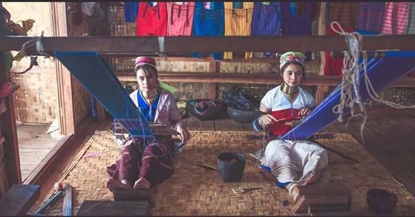 Ở Inle, du khách có thể tới thăm làng của người Padaung nổi tiếng với tập tục đeo vòng cổ, thường được gọi là người cổ dài.