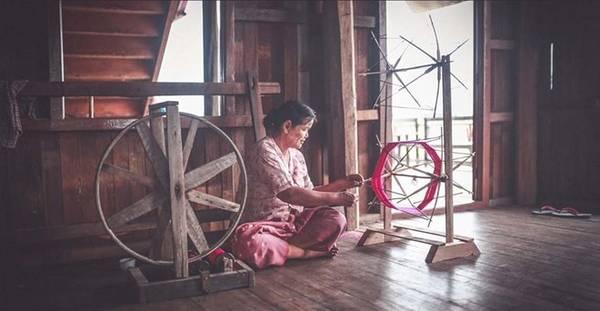 Có một điều đặc biệt trên hồ Inle, du khách sẽ có dịp tận mắt chứng kiến những người thợ dệt vải từ hoa sen.