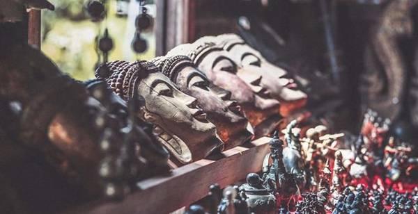 Đến với hồ Inle, bạn sẽ bị cuốn hút vào cuộc sống của người Intha, các làng nghề thủ công, những phiên chợ nổi trên sông đầy ắp những sắc mầu cuộc sống, thăm tu viện Nga Phe Kyaung nổi tiếng. Và tìm hiểu cuộc sống của nhiều dân tộc khác như người Shan, Pa -O, Danu, Taung-yo và Kayah ở các làng lân cận.