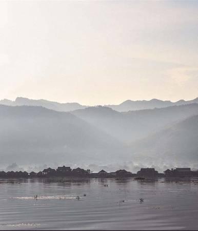 Nằm trên độ cao hơn 800 m so với mặt nước biển, Inle là hồ nước ngọt lớn thứ hai ở Myanmar, với hệ động thực vật phong phú, phong cảnh nên thơ.