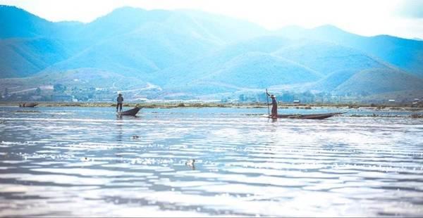 Người Intha sống ở vùng hồ Inle chủ yếu tự cung tự cấp, chỉ có một bộ phận nhỏ kiếm sống bằng nghề du lịch. Mọi hoạt động thường nhật đều diễn ra trên mặt hồ yên tĩnh.