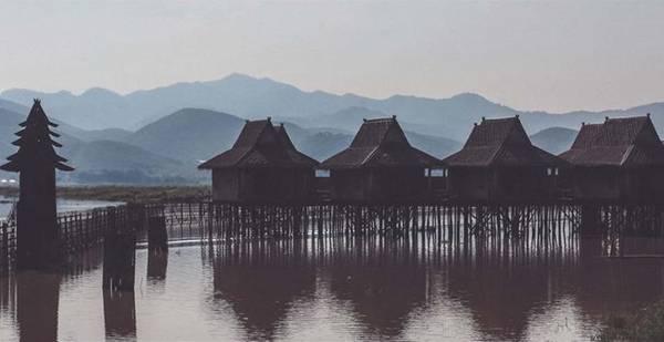 Ngoài những khách sạn, nhà nghỉ bình dân, trên hồ Inle còn có các khu resort, khách sạn có thiết kế riêng biệt, nằm sát hồ.