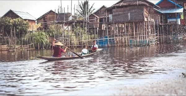 Naunghwe là thị trấn nhỏ, nằm ở phía bắc hồ Inle. Thị trấn thanh bình với những người dân thân thiện. Bạn có thể tìm thấy những dịch vụ giá rẻ hay những món ăn truyền thống của người Myanmar tại đây.