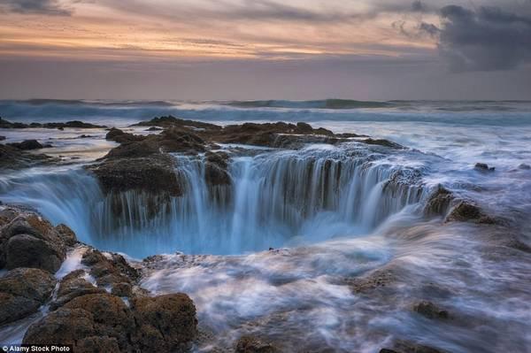 Nước biển có vẻ như bị hút xuống hố sâu không đáy ở bờ biển Oregon, Mỹ. Ảnh: Daily Mail.