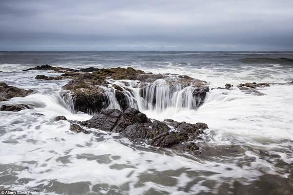 """Điểm tham quan độc đáo này có tên là """"Giếng thần Thor"""", đôi khi còn được gọi là """"Cổng địa ngục"""". Thực chất, hố biển này chỉ sâu khoảng 6 m. Ảnh: Daily Mail."""