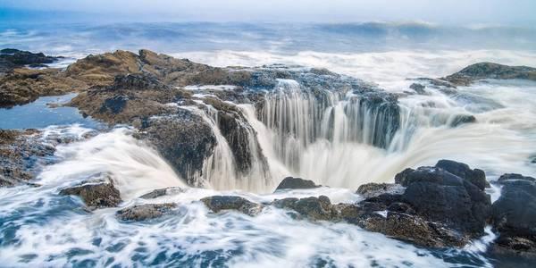 Khi thủy triều lên cao, sóng tràn vào và lấp đầy hố cho tới khi trào ra ngoài hoặc bắn lên tung tóe. Sau đó, nước lại rút ngược vào hố, khiến cho Giếng có vẻ như liên tục rút nước đi. Ảnh: Reddit.