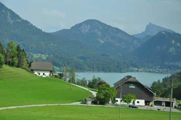 """Tên thị trấn xuất phát từ văn hoá Hallstatt, trung tâm của nền văn hoá châu Âu trong những năm đầu tiên của thời kỳ đồ sắt. Với vị trí đắc địa dựa lưng vào núi Dachstein, mặt ngoài hướng ra hồ Hallstättersee, Hallstatt là tập hợp của những dãy nhà mang phong cách Holzhaus độc đáo nằm dọc bên hồ. Chính nhờ vẻ đẹp thơ mộng ấy mà Hallstatt được mệnh danh là """"hòn ngọc nước Áo"""" hay """"xứ sở thần tiên""""."""