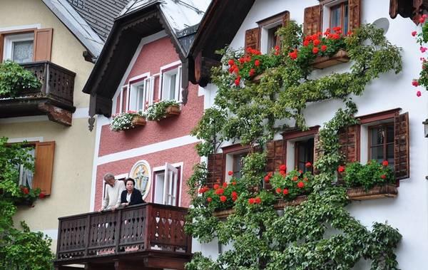 Du khách chỉ mất khoảng 30 phút để đi bộ hết thị trấn. Ngoài ra, ô tô không được phép đi vào Hallstatt từ tháng 5 đến tháng 10, trong khoảng 10 giờ sáng đến 5 giờ chiều.