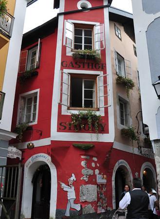 Khác với những thành phố ở châu Âu, Hallstatt không có quán bar hay những cửa hàng mở cửa thâu đêm. Nhờ đó mà thị trấn luôn duy trì được không gian yên tĩnh và thanh bình, kể cả trong mùa cao điểm du lịch.