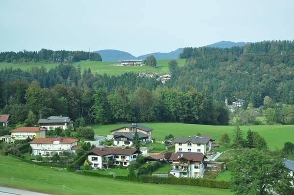 Những hoạt động phổ biến được yêu thích ở Hallstatt bao gồm leo núi, đi bộ đường dài, đạp xe địa hình hay tham quan động băng. Ngoài ra, du khách có thể chèo thuyền ra hồ Hallstättersee để ngắm cảnh hay ghé bãi tắm khoả thân FKK cho một trải nghiệm mới mẻ hơn.