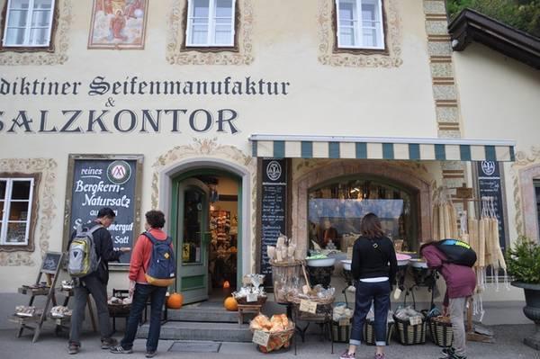 Trải qua hàng nghìn năm lịch sử, thị trấn nhỏ nước Áo vẫn luôn duy trì được vẻ đẹp quyến rũ và bình yên. Hallstatt được UNESCO công nhận là di sản văn hoá thế giới năm 1997 và là một trong những điểm thu hút khách du lịch hàng đầu châu Âu.
