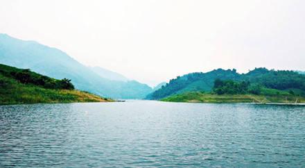 Hồ Ba Khan nhìn từ trên thuyền . Ảnh. Nguyễn Nhật Hoàng