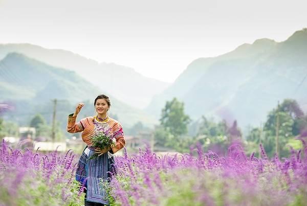Thiếu nữ Mông trong trang phục truyền thống hòa cùng sắc hoa.9