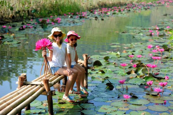 Nhiều gia đình có trẻ nhỏ lựa chọn chùa Hương là địa điểm vui chơi cuối tuần bởi khoảng cách không quá xa, khung cảnh gần gũi thiên thiên, vừa có núi, vừa có sông lại đang vào mùa hoa.