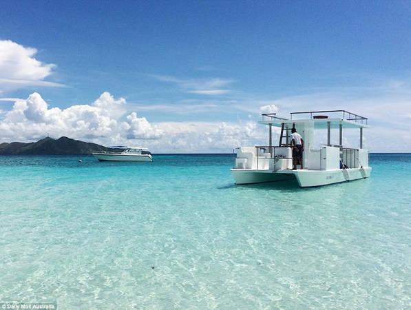 Du khách ngoài việc nghỉ ngơi có thể tham gia các hoạt động ngoài trời khác như lướt ván, chèo thuyền kayak, lặn biển. Hai chuyến lặn biển miễn phí mỗi ngày rất được các nhóm khách gia đình ưa thích. Trong 90 phút của hành trình, khách tham quan được đưa đi thăm cá heo và các loại rùa biển.