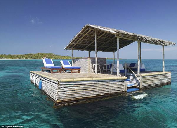Quán bar nổi lững lờ trôi trên đại dương, nơi du khách có thể tắm nắng, nghỉ ngơi, thư giãn và thưởng thức những ly cocktail tuyệt hảo.