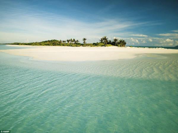 Bạn chỉ có thể tới đây bằng chuyến bay riêng từ thủ đô Manila. Do vậy, đó là lý do vì sao chỉ có những người giàu có, các triệu phú và ngôi sao nổi tiếng mới có đủ tài chính để đặt chân tới Pamalican. Hòn đảo có chiều dài gần 2,5 km nằm ở miền Trung Philippines.