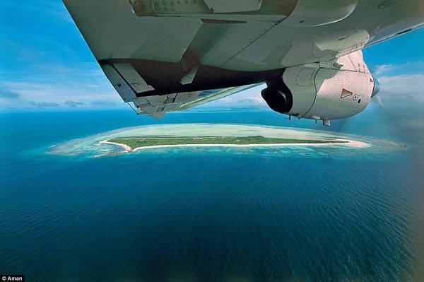 Chuyến bay kéo dài 70 phút, nếu trong những ngày biển động thì sẽ khiến hành khách căng thẳng đôi chút nhưng các phi công đều rất dày dặn kinh nghiệm nên bạn không cần phải quá căng thẳng. Ngay khi bạn nhìn thấy làn nước biển xanh trong, hàng cọ thơ mộng và những rạn san hô dưới đáy biển, mọi ưu phiền sẽ nhanh chóng tan biến.
