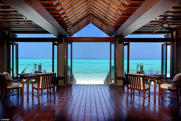 Ngoài ra, hòn đảo cũng có khá nhiều biệt thự tư nhân để bán hoặc cho thuê dài hạn dành cho giới siêu giàu. Một biệt thự như vậy có 4 phòng ngủ, bãi biển và bể bơi đều riêng tư. Madonna từng dành cả tháng trên đảo với chi phí thuê nhà lên tới 6,2 triệu USD.