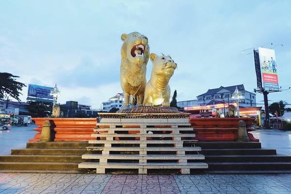 Khu trung tâm chỗ có 2 con sư tử, mọi người bảo tuk tuk chở ra nhé.