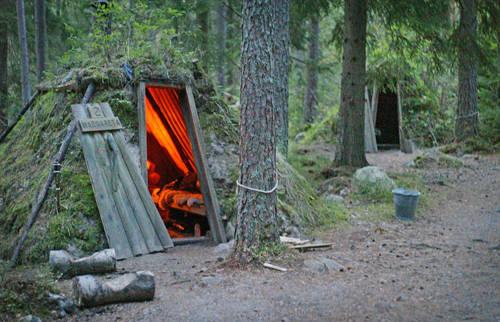 Khách sạn sinh thái Kolarbyn tọa lạc tại Skinnskatteberg, gần Stockholm, Thụy Điển, được biết đến là một trong những khách sạn kỳ quái nhất thế giới. Nơi đây không có điện, không có sẵn nước máy hay nhà vệ sinh hiện đại.