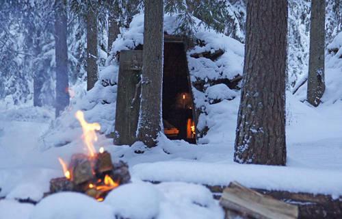 Nằm giữa một khu rừng hoang sơ, khách sạn Kolarbyn chỉ gồm 12 túp lều bằng gỗ, bên trong là 2 chiếc giường gỗ trải lông cừu và một bếp củi. Đến đây, du khách phải tự mình nấu ăn, xách nước, chẻ củi và rửa bát.