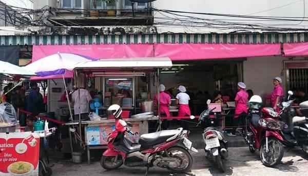 Quán Kaiton Pratunam nằm khiêm tốn bên góc đường Phetchaburi, trung tâm Bangkok, và bị khuất bởi con đường trên cao, nhưng thực khách dễ dàng nhận biết được nhờ màu hồng đặc trưng. Ảnh: Noguchirs