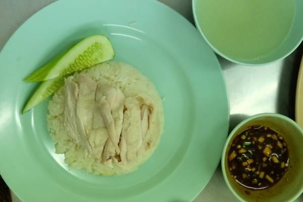 Món chủ đạo ở đây là cơm gà Hải Nam. Một phần gồm chén cơm nhỏ, gà luộc, chén nước luộc gà và nước chấm, giá 40 baht (khoảng 26.000 đồng). Quán được lòng thực khách bởi thịt gà mềm nhưng không bở, da gà béo, cơm dẻo, ăn rất vừa miệng.