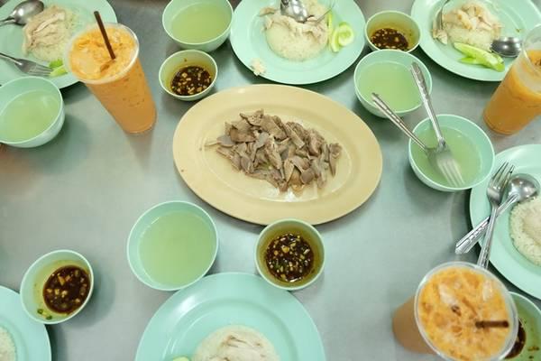Ngoài cơm gà, quán còn phục vụ nhiều loại đồ uống đặc trưng của Thái, điển hình là trà sữa Thái với giá 20 baht (12.000 đồng). Chỉ mất khoảng 50.000 đồng là thực khách có thể thưởng thức một bữa cơm chất lượng không tệ chút nào.