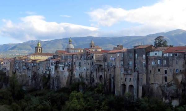 Thị trấn Sant'Agata de' Goti nằm bên dòng sông Martorano có từ thời trung cổ - Ảnh: KIM NGÂN