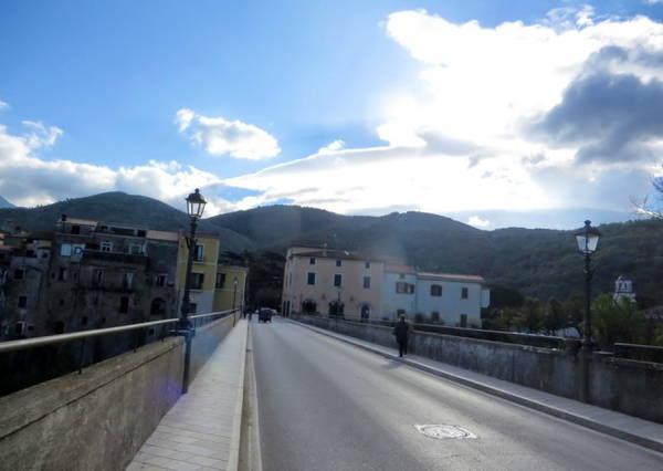 Quang cảnh thị trấn nhìn từ cầu Martorano - Ảnh: KIM NGÂN