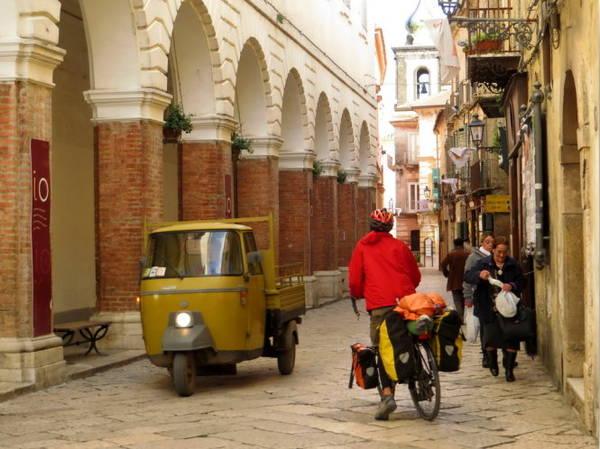Con đường nhỏ hẹp ở phố cổ - Ảnh: KIM NGÂN