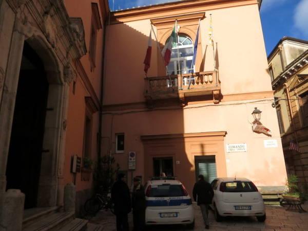 Xe cảnh sát đậu trước nhà thờ San Franceso - Ảnh: KIM NGÂN