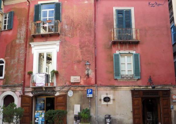 Những ô cửa sổ đầy sắc màu đặc trưng nước Ý - Ảnh: KIM NGÂN