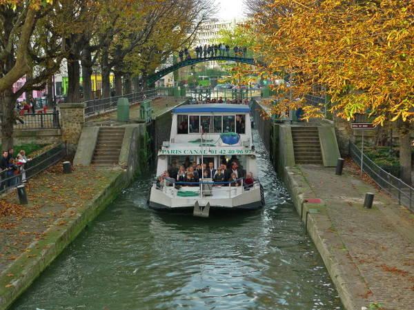 Du thuyền trên kênh Saint-Martin - Ảnh: AFP