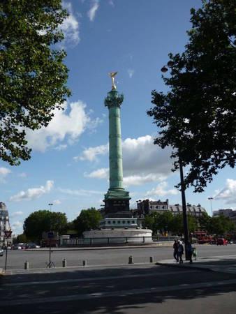 Cây cột Tháng Bảy (Colonne de Juillet), công trình xây dựng năm 1840 giữa quảng trường Bastille, một điểm tham quan trong hành trình du thuyền trên kênh Saint-Martin - Ảnh: coccinelles