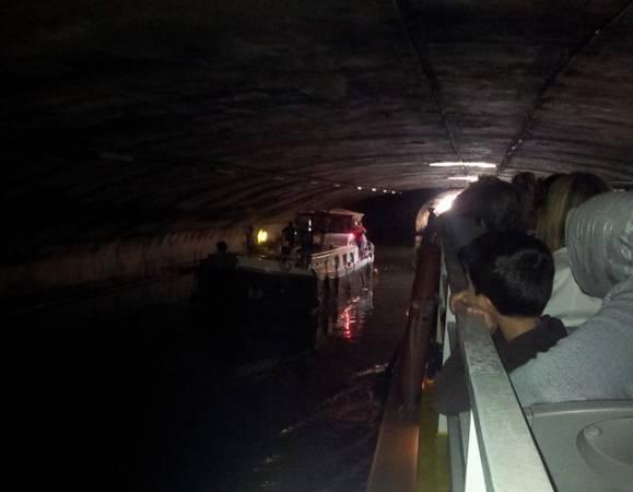 Du thuyền lướt qua một kênh ngầm - Ảnh: flickr