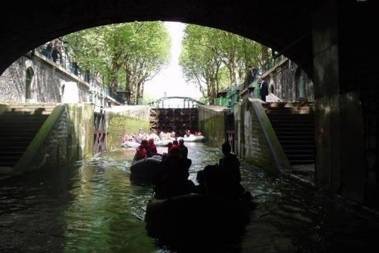 Du khách vừa ra khỏi một đoạn ngầm trên kênh Saint-Martin - Ảnh: wp