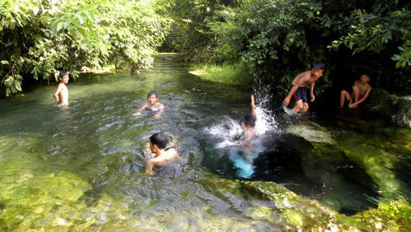 Những cậu bé người Đan Lai hụp lặn ở Khe Xanh - Ảnh: Thu Hường