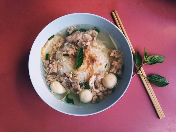 Hủ tiếu thịt heo cá viên : Món này mùi vị có nhiều nét tương đồng với món hủ tiếu Nam Vang nhưng pha một chút vị đặc trưng của người Thái, các bạn có thể thưởng thức món hủ tiếu này ở bất cứ đâu tại Bangkok, đặc biệt là khu Silom và khu Sukhumvit.