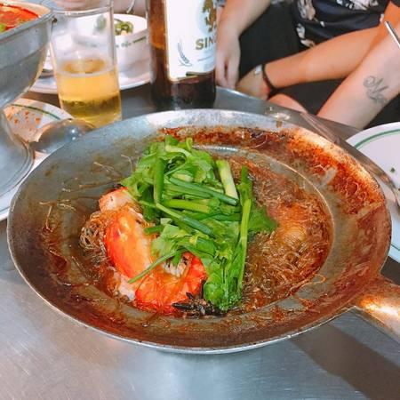 Miến xào cua hoặc tôm áp chảo: Là một món ăn hấp dẫn với những con tôm càng hoặc cua loại 1. Món này các bạn chịu khó ra khu Chinatown sẽ có rất nhiều nhưng duy chỉ có một hàng ngon nhất phải xếp hàng gần 1 giờ đồng hồ thì mới có bàn để ăn.